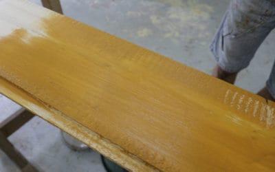 Une décoration bon marché avec du bois de coffrage et de la peinture naturelle !